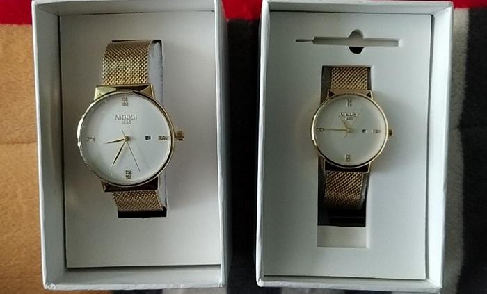 Cặp đồng hồ hàng nhái rẻ tiền các đối tượng gửi cho các nạn nhân (Ảnh: VH)