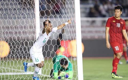 Sani Fauzi phá lưới Bùi Tiến Dũng.