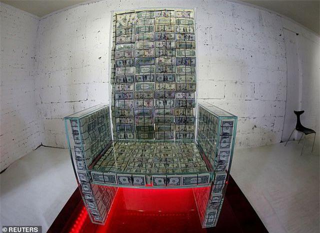 Tỷ phú Nga dùng 1 triệu USD tiền mặt đóng thành ghế ngồi - 1