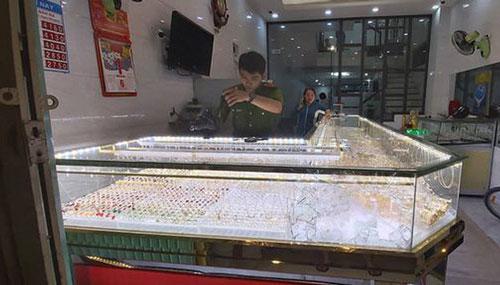 Hiện trường vụ cướp tiệm vàng vào tối 1/12 tại huyện Mộ Đức. (Ảnh: Dân trí)