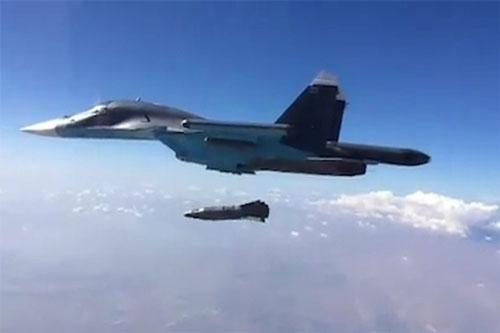 Truyền hình quân sự Nga vừa cho biết, nước này tiếp tục dùng siêu bom KAB-1500 tấn công phiến quân tại Idlib. Đây là vụ tấn công mới nhất có sử dụng tới loại vũ khí cực mạnh này.