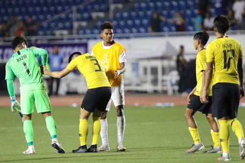 Các cầu thủ U22 Malaysia sụp đổ sau trận thua U22 Philippines. Ảnh: Thanh Niên.