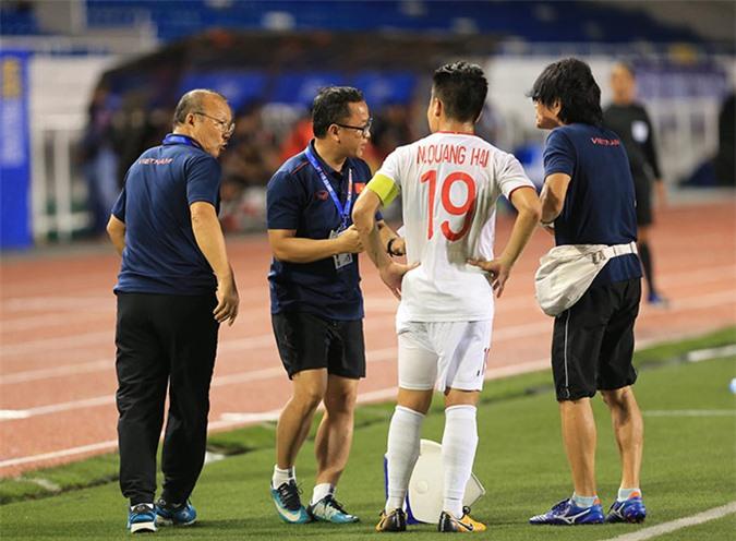 Quang Hải cũng phải rời sân sớm vì chấn thương ngay hiệp 1 - Ảnh: Đức Cường