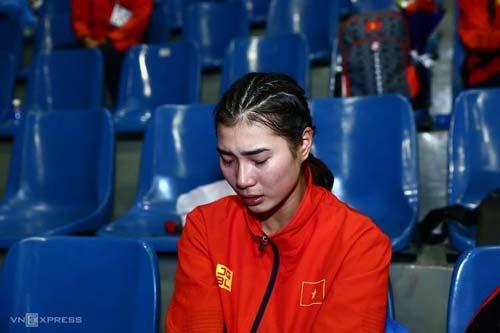 Hoàng Thị Cúc khóc nức nở sau trận chung kết (Ảnh: VnExpress)