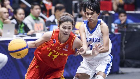 Đội tuyển bóng rổ nữ (áo đỏ).