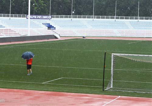 Trợ lý của HLV Park Hang-seo kiểm tra mặt sân Rizal Memorial.