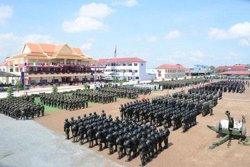 """Hồi cuối tháng 10/2019, tại Thủ đô Phnom Penh, Lữ đoàn 70 (hay còn gọi là B-70) đã tiến hành cuộc duyệt binh quy mô kết hợp trưng bày vũ khí trang bị. Cuộc duyệt binh được cho là nhằm kỷ niệm ngày thành lập của lữ đoàn """"VIP"""" nhất Quân đội Campuchia. Nguồn ảnh: bmpd"""