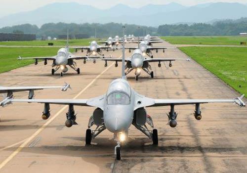 """KAI TA-50: TA-50 là một phiên bản máy bay cường kích hạng nhẹ của dòng máy bay huấn luyện siêu thanh T-50 do hãng chế tạo Hàn Quốc Korea Aerospace Industries (KAI) phối hợp với tập đoàn Lockheed Martin phát triển. """"Đại bàng vàng"""" của Hàn Quốc có khả năng chịu được khối lượng của các loại vũ khí lên tới 3.850 kg với tốc độ cao nhất là 1.852 km/h và quãng đường tối đa là 1.850 km."""
