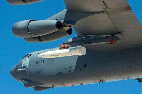 Tên lửa siêu thanh AGM-183A ARRW được gắn dưới cánh máy bay ném bom chiến lược B-52H. Ảnh: National Interest.