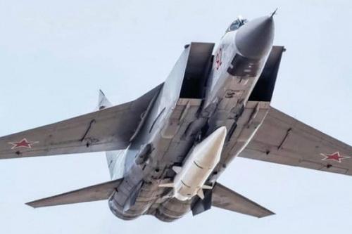 Tiêm kích MiG-31 mang tên lửa siêu thanh Kh-47M2 Kinzhal dưới bụng. Ảnh: TASS.