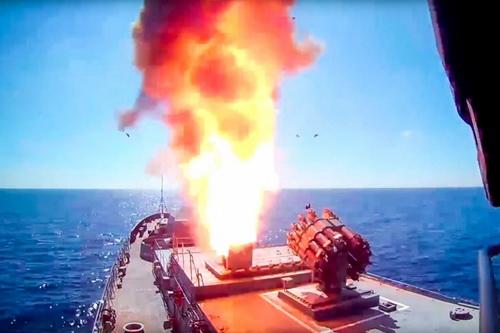 Tàu chiến Nga phóng tên lửa hành trình Kalibr từ bệ phóng UKSK. Ảnh: TASS.