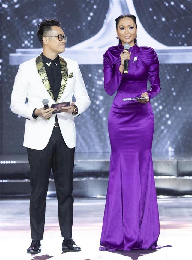 H'Hen Niê run khi làm MC đêm Bán kết Hoa hậu Hoàn vũ - 5