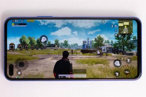 V30 Pro được trang bị màn hình IPS kích thước 6,57 inch, độ phân giải Full HD Plus (2.400x1.080 pixel), mật độ điểm ảnh 400 ppi. Màn hình này chia theo tỷ lệ 20:9, thiết kế dạng đục lỗ.