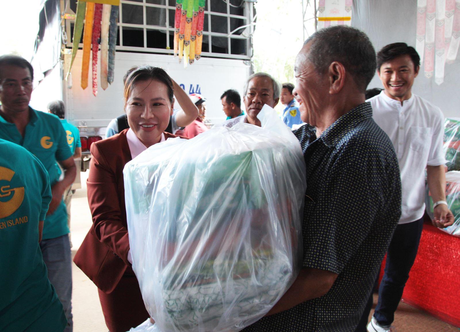 Bà Nguyễn Ngọc Tiền, Chủ tịch Hội đồng Quản trị kiêm Tổng Giám đốc Công ty Bất động sản Đảo Vàng (giữa) đang trao quà cho bà con đồng bào Phú Quốc bị thiệt hại do lũ lụt (ảnh DV)