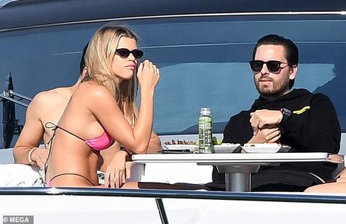 Sofia Richie 'thả dáng' nóng bỏng trên du thuyền cùng bạn trai lớn tuổi