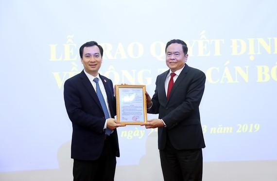 Đồng chí Trần Thanh Mẫn trao quyết định cho đồng chí Vũ Văn Tiến