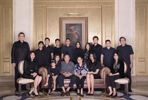 Putri Tanjung là ái nữ của nhà tài phiệt truyền thông Chairil Tanjung. Ông có trong tay khối tài sản 3,6 tỷ USD. Gia tộc Tanjung sở hữu CT Corp, một trong những tập đoàn tư nhân lớn nhất Indonesia.