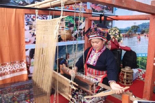 Chị Lò Thị Viên cần mẫn bên khung cửi truyền thống của dân tộc