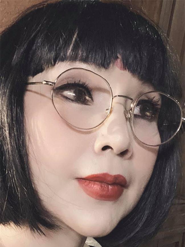 """Liên tục chứng minh không phẫu thuật thẩm mỹ, """"Em bé Hà Nội"""" Lan Hương lại gây hốt hoảng với gương mặt cứng như búp bê sống - Ảnh 3."""