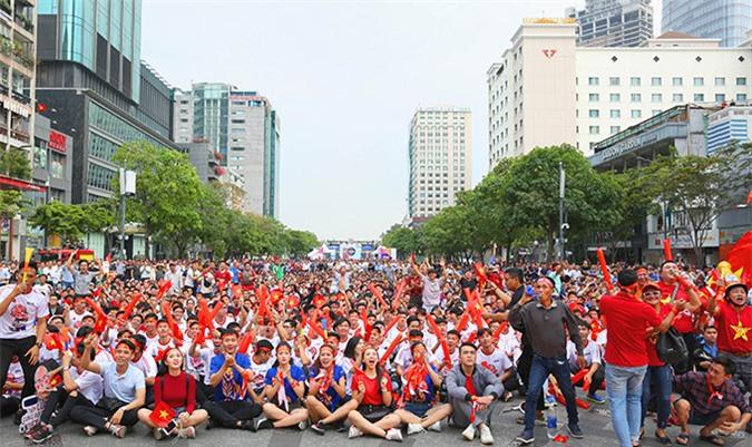 Rất đông NHM tập trung với hy vọng U22 Việt Nam sẽ đánh bại người Thái