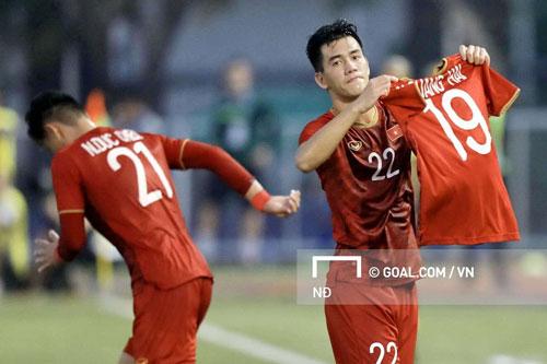 Tiến Linh tri ân Quang Hải sau khi ghi bàn vào lưới Thái Lan