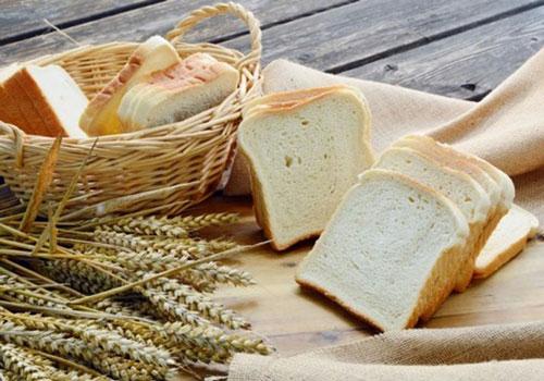 Bánh mỳ trắng: Bánh mỳ trắng chứa lượng đường rất lớn không chỉ làm tăng nồng độ insulin trong máu mà còn gây ra một số vấn đề về sức khỏe, trong đó có hội chứng buồng trứng đa nang ở phụ nữ. Do vậy, để hạn chế tăng cân và bệnh tật, nữ giới nên hạn chế ăn loại thực phẩm này.