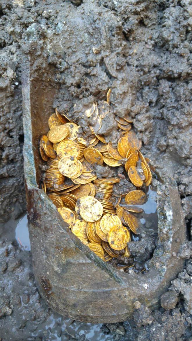 Phát hiện hũ xà phòng chứa đầy vàng bên dưới nhà hát Italy - Ảnh 3.