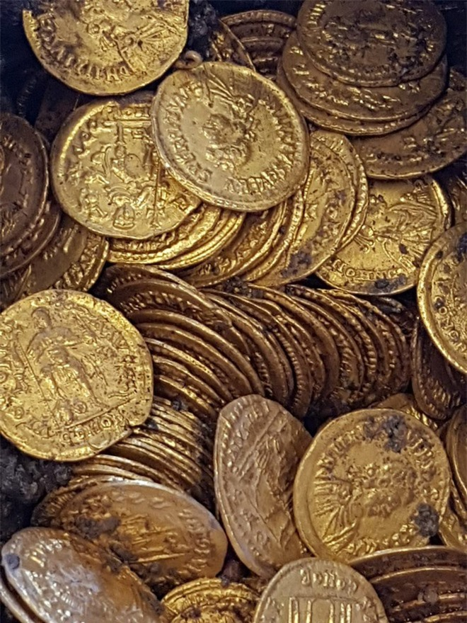 Phát hiện hũ xà phòng chứa đầy vàng bên dưới nhà hát Italy - Ảnh 4.