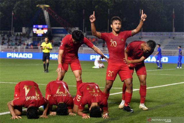 Truyền thông Indonesia tức giận khi đội nhà phải thay đồ trong... lớp học - 1