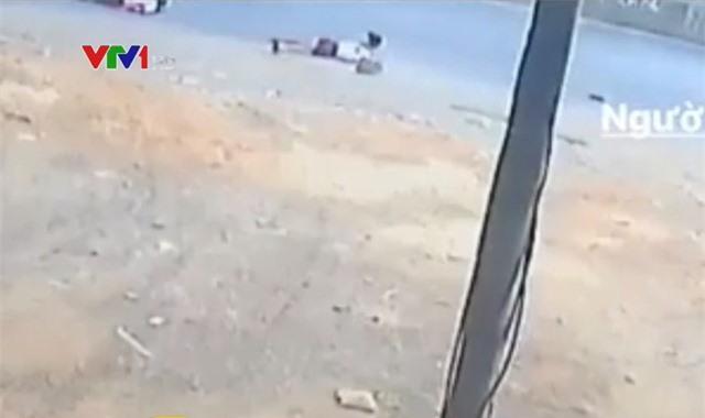 Xử phạt lái xe làm rơi học sinh xuống đường - Ảnh 1.