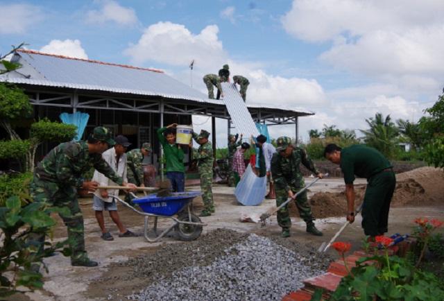 Chiến sỹ Đồn Biên phòng Khánh Tiến giúp dân xây dựng nhà.