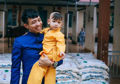 Phó tổng giám đốc Nhựa Long Thành Phạm Trần Nhật Minh (áo xanh). Ảnh: LTP.