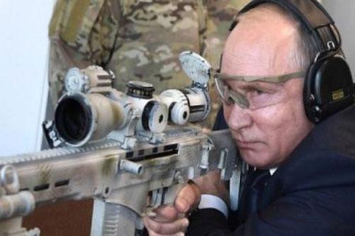 Tổng thống Putin bắn thử súng của hãng Kalashnikov.
