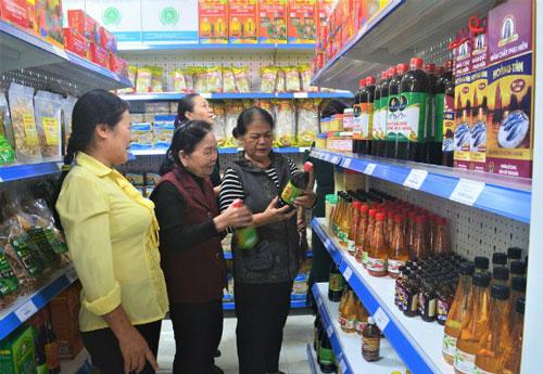 Người dân mua sắm tại cửa hàng của HTX Tiêu thụ nông sản đồng bào dân tộc