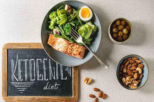Chế độ ăn Keto có thể làm giảm đáng kể lượng đường máu và nồng độ insulin, tác động đến quá trình chuyển hóa giúp hạn chế việc dự trữ chất béo, đồng thời mang lại nhiều lợi ích cho sức khỏe.