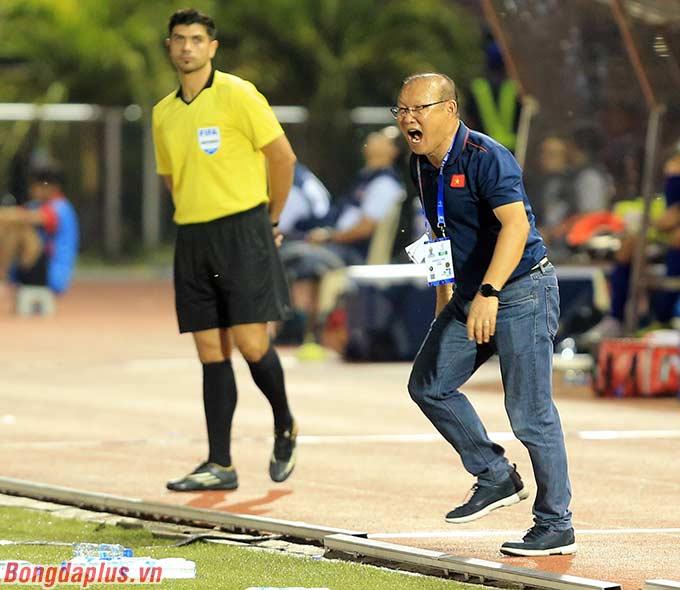 Sang hiệp 2, HLV Park Hang Seo liên tục thúc giục các học trò tiếp tục tấn công. Khoảng cách 1-2 hiện là đủ để U22 Việt Nam đi tiếp, nhưng là quá mong manh khi thời gian thi đấu vẫn còn nhiều.