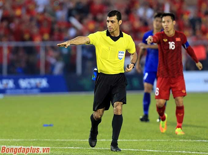 Trọng tài chính cho U22 Việt Nam được hưởng quả đá penalty ở phút 70 khi Tiến Linh bị phạm lỗi trong vòng cấm.