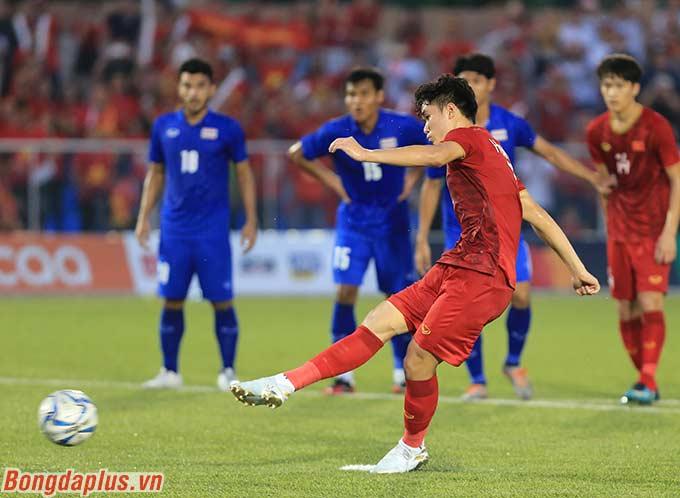 Huỳnh Tấn Sinh thực hiện không thành công quả đá phạt đền.