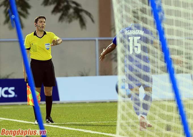 Nhưng trợ lý trọng tài cho rằng thủ môn Thái Lan đã băng ra sớm hơn khi Tấn Sinh thực hiện phạt đền.