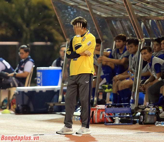 HLV Akira Nishino thất vọng khi U22 Thái Lan để tuột khỏi tay cơ hội vào bán kết.
