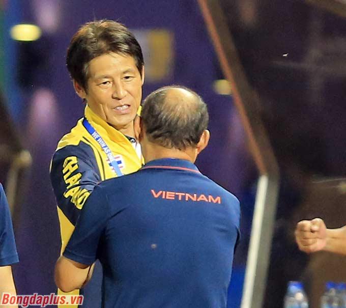 Ông Nishino bắt tay và chúc mừng ông Park Hang Seo khi U22 Việt Nam vào bán kết.