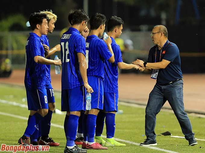 Thầy Park động viên và chia sẻ nỗi buồn bị loại của U22 Thái Lan.