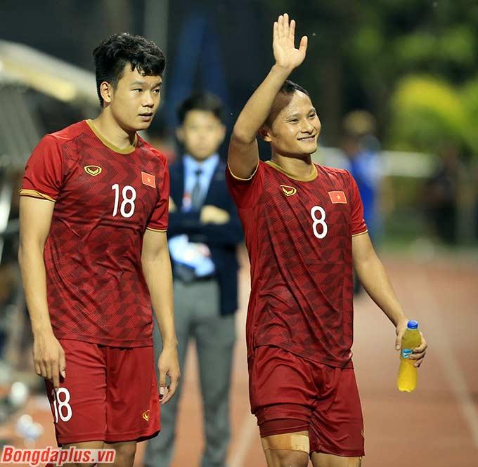 Các cầu thủ cảm ơn hơn 1.000 người hâm mộ đã đồng hành với đội tuyển ở trận đấu vô cùng khó khăn.