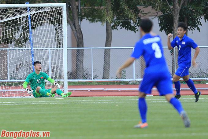 Tình hình trở nên khó khăn khi ngay ở phút thứ 5, sơ sót của Văn Toản khiến U22 Việt Nam bị thủng lưới. Đây mới là lần thứ 4 trong 2 năm qua dưới thời ông Park, Việt Nam để đối thủ mở tỷ số trong 15 phút đầu tiên.