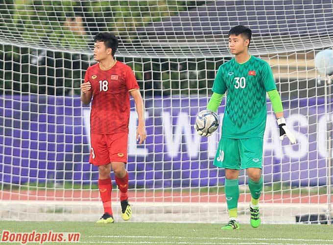 Đến phút thứ 10, sự không ăn ý giữa Văn Toản và hàng thủ khiến U22 Việt Nam nhận bàn thua thứ 2. Tỷ số lúc này là 2-0 nghiêng về phía U22 Thái Lan.