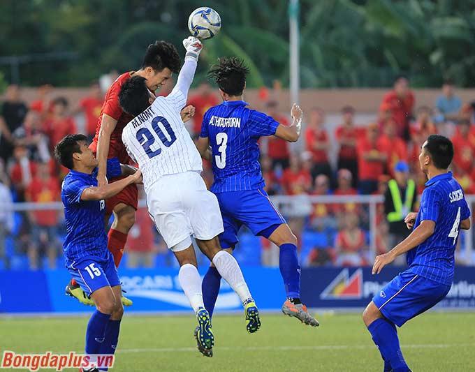 Các cầu thủ U22 Việt Nam cố gắng dồn lên tấn công để tìm kiếm bàn rút ngắn cách biệt ngay trong hiệp 1.