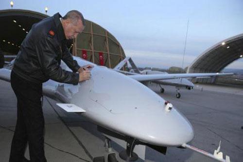 Tổng thống Thổ Nhĩ Kỳ Tayyip Erdogan ký lên chiếc Bayraktar TB2 trước khi làm nhiệm vụ tại Syria.