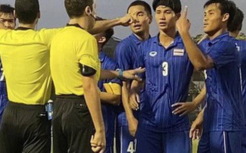 Các cầu thủ Thái lan vây quanh trọng tài trong tình huống bị thổi 11m