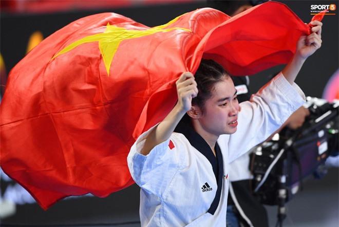 Các hotgirl Taekwondo bật khóc, vui mừng khôn xiết sau khi giành huy chương vàng cho đoàn thể thao Việt Nam tại SEA Games - Ảnh 1.