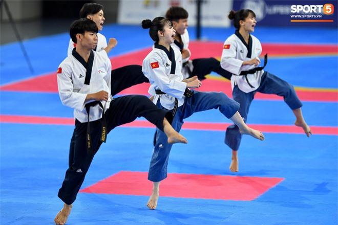 Các hotgirl Taekwondo bật khóc, vui mừng khôn xiết sau khi giành huy chương vàng cho đoàn thể thao Việt Nam tại SEA Games - Ảnh 8.